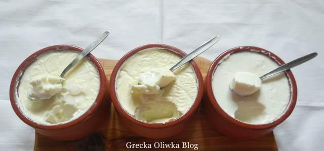 gliniane kubeczki z jogurtem Grecja