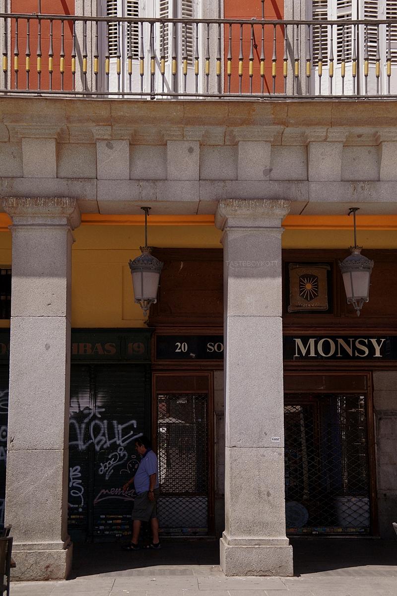Plaza Mayor Säulengang in Madrid, Spanien // Plaza Mayor Madrid, Spain