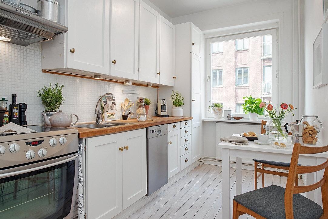 Deco cocinas luminosas en blanco y madera con estilo for Mesadas de cocina pequenas