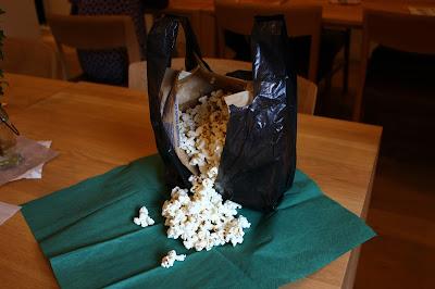 深海マザー常用の黒袋を利用した「チムニーポップコーン」 チムニーに群がる白い生物群集がみごとに表現されている ポップコーンのボリュームも圧巻で、大抵食べきれずに残されていく