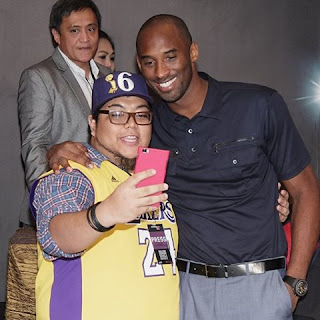 Kobe Bryant Poses With Filipino Fan