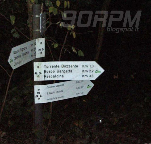 Un cartello alle porte del bosco mi indica la direzione da seguire