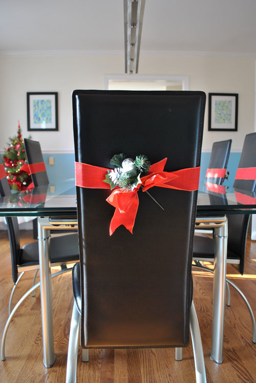 Simple christmas decorations for a dining room for Christmas decorating ideas for dining room chairs