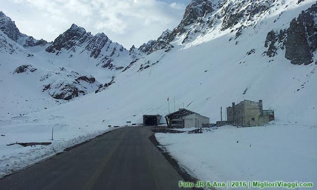 Neve nas montanhas e estrada nos Andes