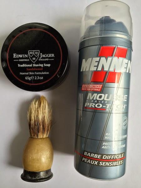 le savon à barbe est plus écologique (réduction des emballages) et est plus économique (il dur plus longtemps qu'une bombe de mousse à raser)