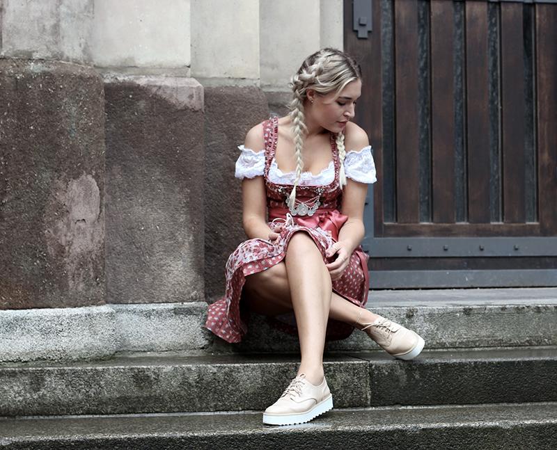 DIRNDL-Tracht-Outfit-Inspiration-Munich-Oktoberfest-Wiesn-Muenchen-Blogger-Dirndl Inspiration-Girl-Look-Streetstyle-Model-Photography-Modeblog-Fashionblog-Deutschland-Lauralamode