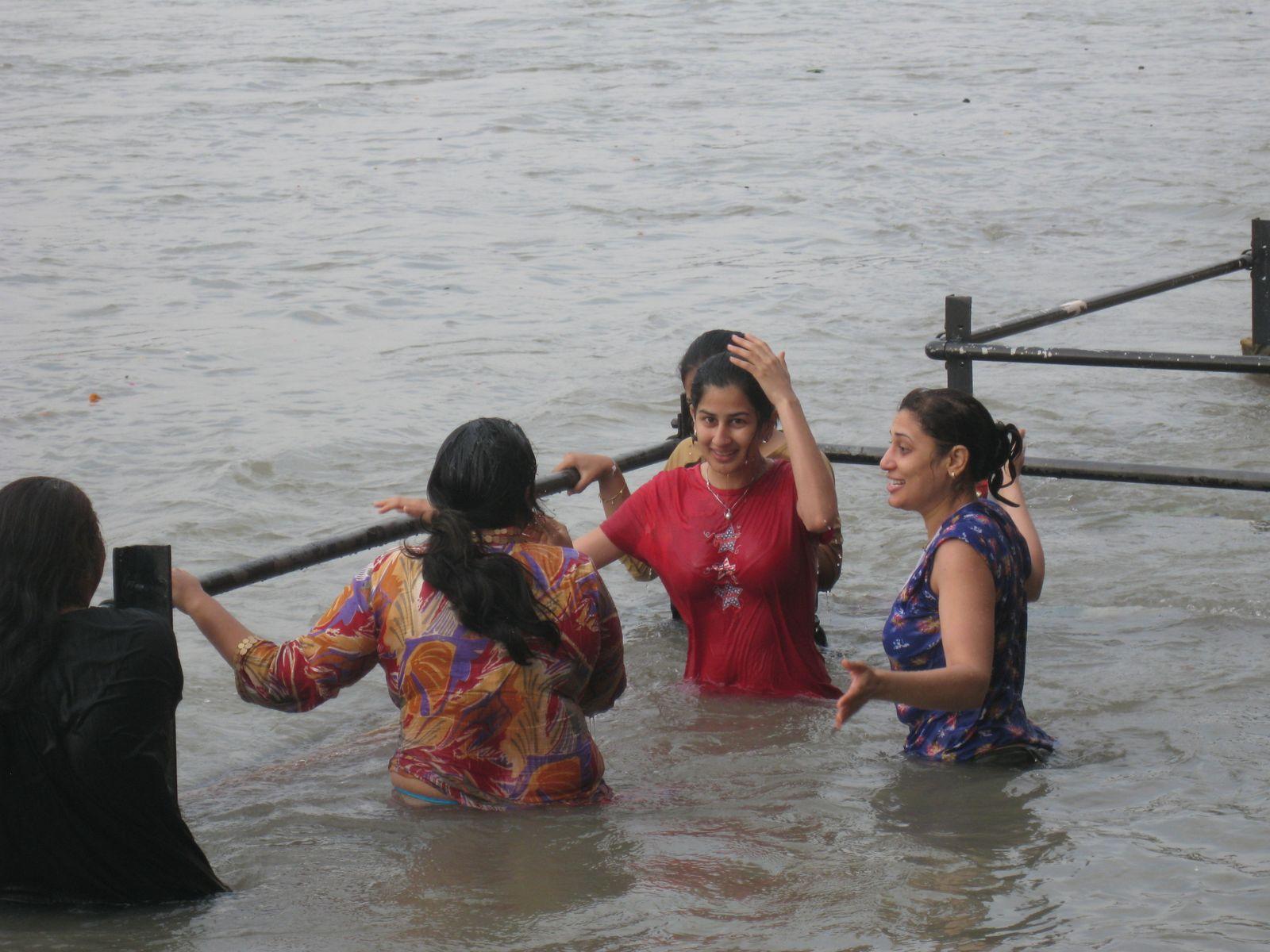 Indian Girls Bathing At Ganga River - Chuttiyappa-8579