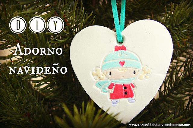 Adorno navideño casero en forma de corazón de arcilla
