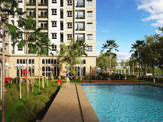 Bể bơi ngoài trời với không gian xanh xung quanh