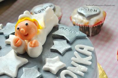 Tort i muffiny z aniołem na chrzciny