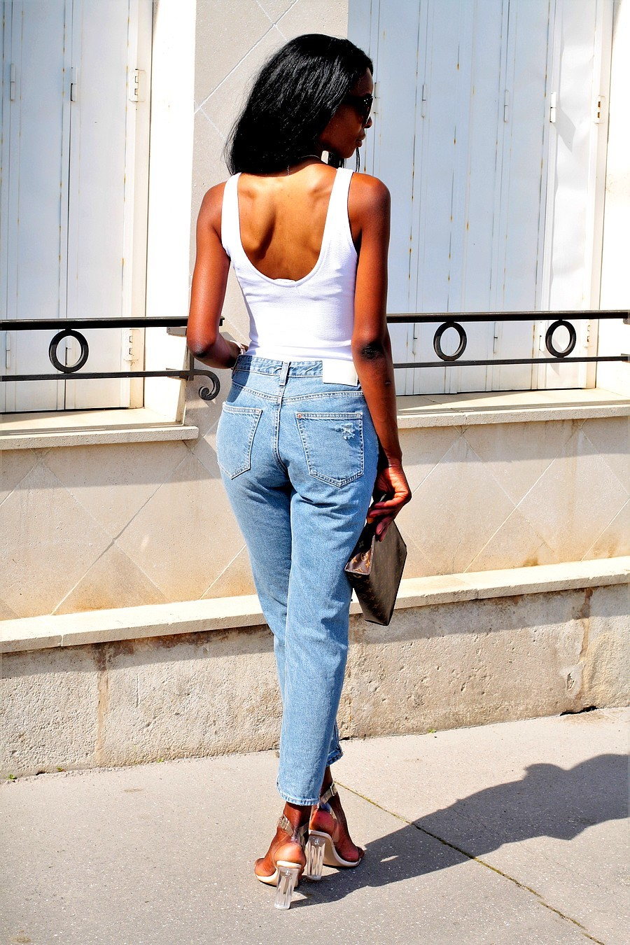 jeans-taille-haute-mom-jeans-body-dos-echancré-sandales-transparentes