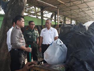 Atas Nama Kemanusiaan TNI Polri Bersinergi Membersihkan Sampah Yang Menggunung Di Kota Cirebon