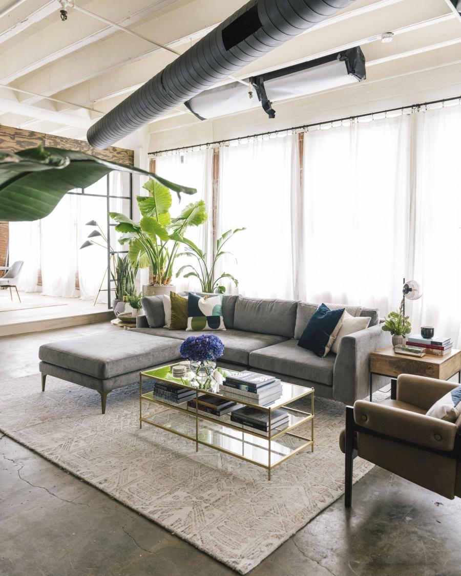 Loft urządzony w trendzie urban jungle, wystrój wnętrz, wnętrza, urządzanie domu, dekoracje wnętrz, aranżacja wnętrz, inspiracje wnętrz,interior design , dom i wnętrze, aranżacja mieszkania, modne wnętrza, loft, styl loftowy, styl industrialny, urban jungle, miejska dżungla, rośliny, kwiaty, zieleń, kanapa, meble wypoczynkowe, salon