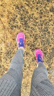 Jambes de coureuse, espadrilles de course New Balance, gazon jaune