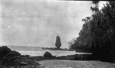 Nederlands: Foto. Kustlandschap nabij Pangandaran aan de zuidkust van West-Java. 1918. Lonkhuyzen (Fotograaf/photographer). Sumber : COLLECTIE_TROPENMUSEUM http://commons.wikimedia.org/wiki/File:COLLECTIE_TROPENMUSEUM_Kustlandschap_nabij_Pangandaran_aan_de_zuidkust_van_West-Java_TMnr_60010780.jpg