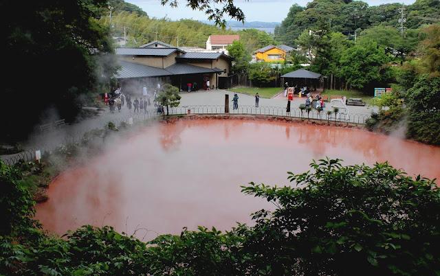 自然の不思議さを感じられる、別府温泉の定番、地獄めぐり【t】 血の池地獄