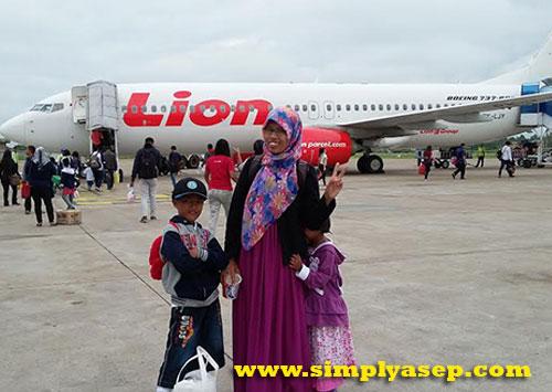 LION AIR :  Dengan menumpang pesawat Lion Air jenis Boeing 737-800 Next Generation berangkat dari Supadio menuju Bandara Soekarno Hatta Banten. Berfoto dahulu sebelum take off  Foto Asep Haryono