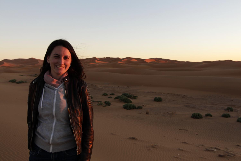 Lena en las dunas de Erg Chebbi