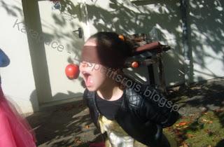 Jeu de pomme suspendue à croquer