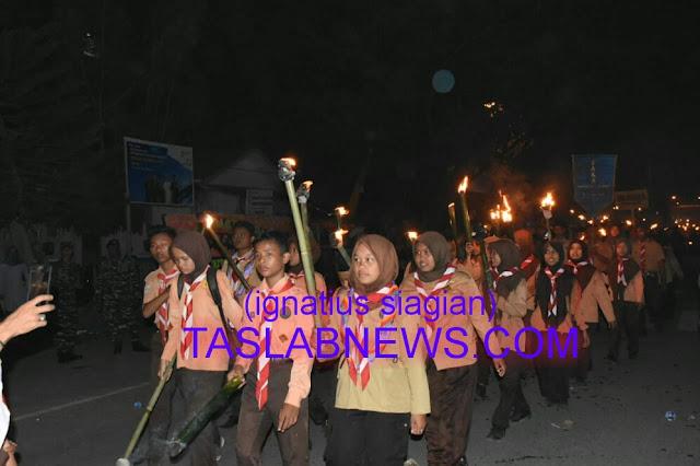 Peserta pawai obor dalam rangka memperingati Hari HUT Kemerdekaan RI ke-73, Kamis (16/8) malam.