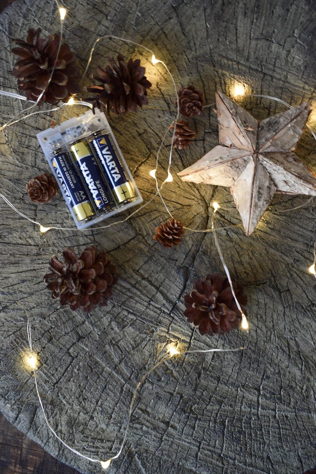 Weihnachtsdeko mit Lichterketten batteriebetrieben mit VARTA Longlife Batterien. Dekoidee weihnachtlich dekorieren Weihnachtsbaum