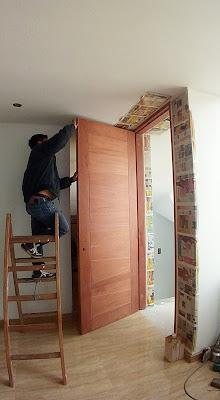 Puerta principal en madera cedro
