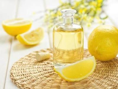 "<img src=""aceite-de-limon.jpg"" alt=""aceite de limon en botella de vidrio"">"