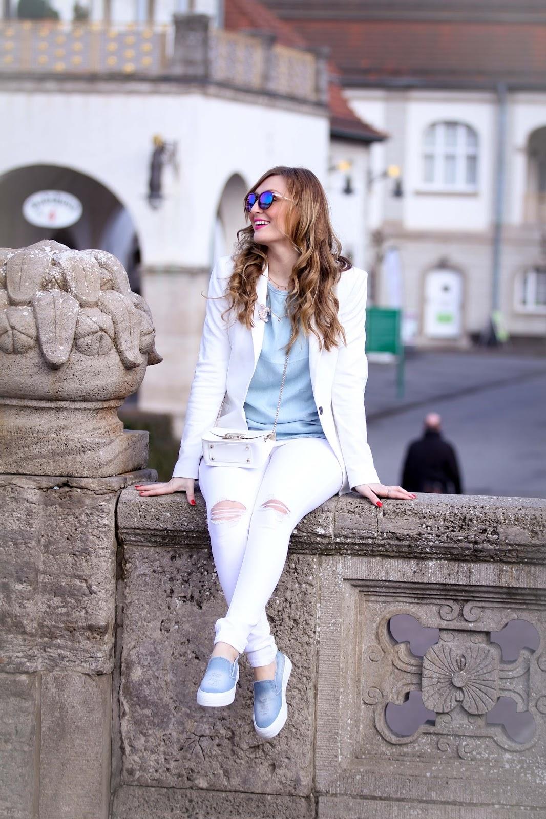 Weiße-Furla-Tasche-Weiße-Jeans-Weißer-Blazer-Blogger-Fashionblogger-Blogger-Aus-Deutschland