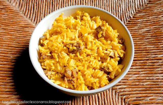 arroz amarillo con trocitos de carne vacuna