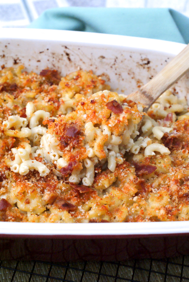 Baked Southern White Cheddar Bacon Mac and Cheese | thetwobiteclub.com
