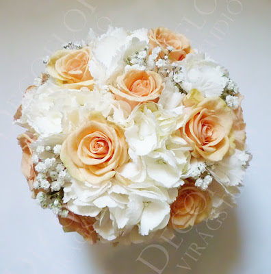 Menyasszonyi csokor barack rózsából és fehér hortenziából, rezgővel