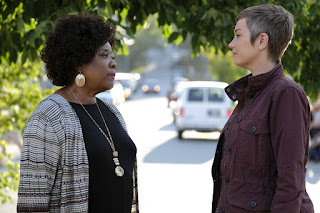 "Loretta Devine as Missouri Moseley and Kim Rhodes as Jody Mills in Supernatural 13x03 ""Patience"""