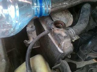 Mengisi air radiator mobil