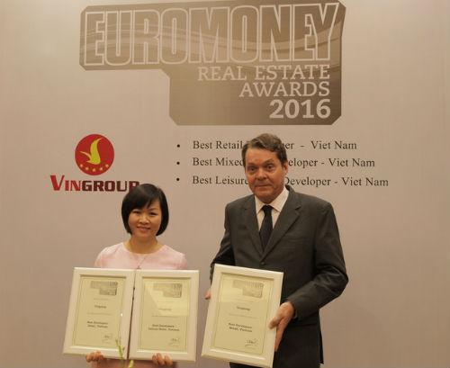 Bà Dương Mai Hoa – Tổng Giám đốc Tập đoàn Vingroup nhận giải thưởng do Tạp chí Euromoney trao tặng