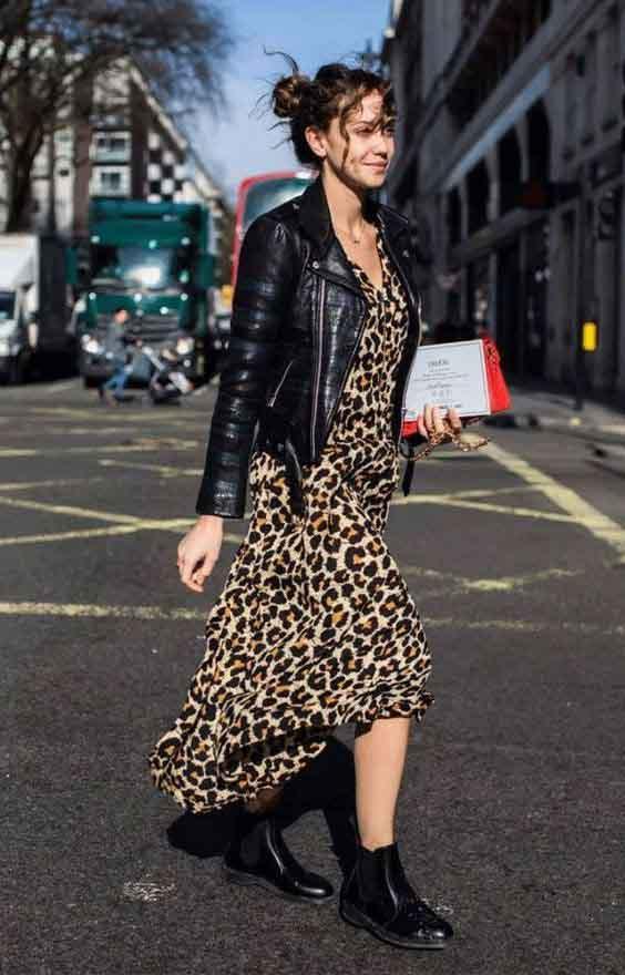 Vestido animal print, jaqueta de couro e bota