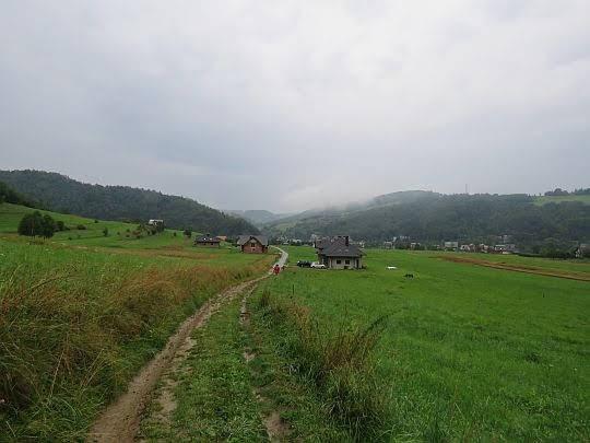 Tylmanowa. Przed nami widać wylot doliny Ochotnicy.