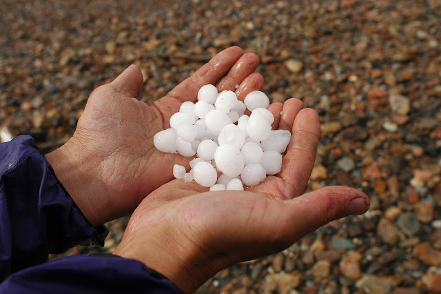 Butiran es dari hujan es/Hail