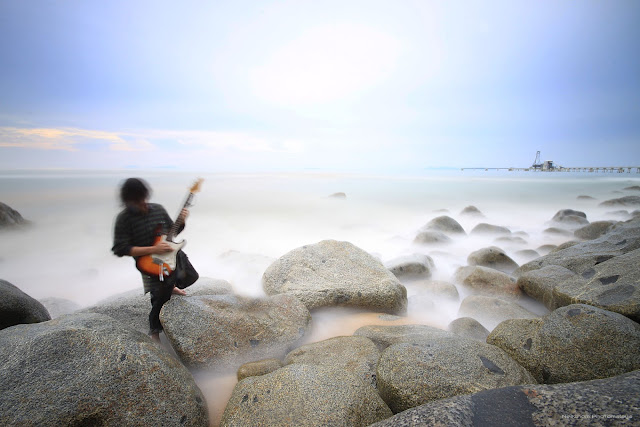 Petik gitar di Pantai Bari Kechil
