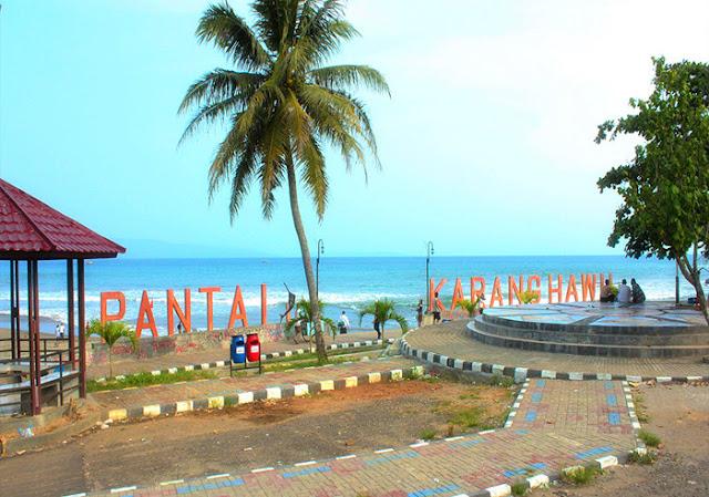 Berenang Seru di Pantai Karang Hawu