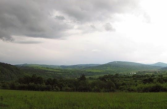Dolina Jasiołki. Nieco z prawej wznosi się Piotruś (728 m n.p.m.).