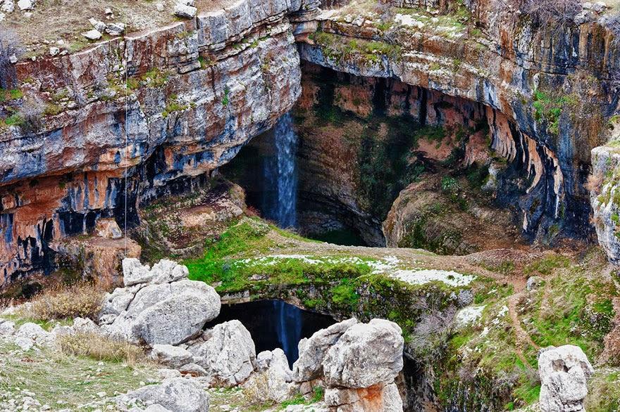 omorfos-kosmos.gr - Το φαράγγι με τις τρεις γέφυρες στο Λίβανο μετατρέπεται σε καταρράκτη (Εικόνες)