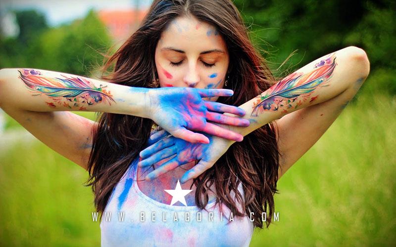Mujer con tatuajes de acuarelas