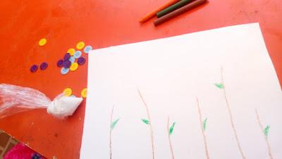 """alat dan bahan kegiatan stimulasi anak """"membuat bunga dari kancing baju"""""""