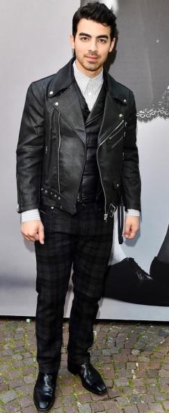 Foto de Joe Jonas parado