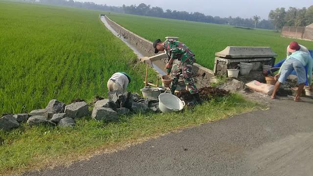Babinsa Bersama Warga Gotong Royong Membangun Drainase