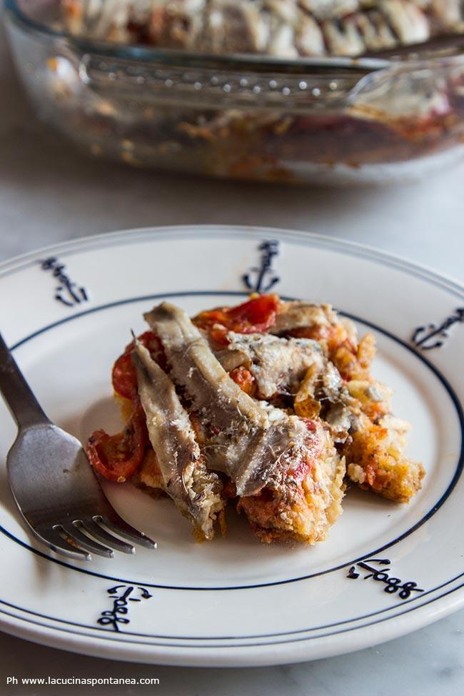 Immagine contenente piatto con porzione di acciughe e freselle