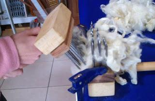 abrindo a lã de ovelha