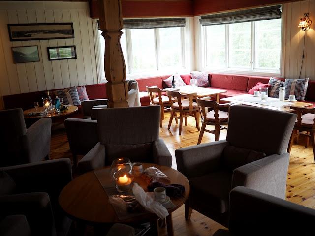 společenská místnost, teplo domova, chata Skogadalsbøen, Norsko, dřevo, pohádka