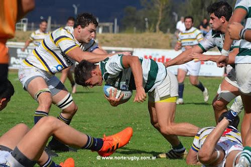 Marcos Secchi se guarda la pelota. Foto de Jorge Skaf para Norte Rugby #RegionalDelNOA