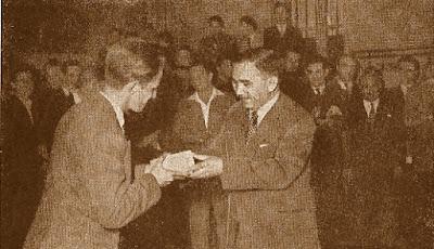 Borislav Milic recibiendo el premio especial de manos de Alexandr Kotov, Lyon 1955